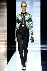 Giacca con disegni geometrici e pantalone a vita alta.