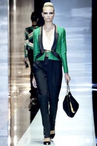 Giacca verde smeraldo con bordature in contrasto e pantalone a vita alta.