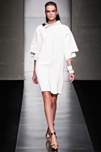 abito lungo asimmetrico con doppia bordatura delle maniche