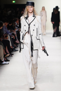 Blazer bianco su pantalone asimettricoasimettrico