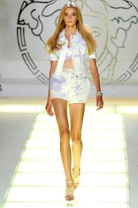 Giacca, top e shorts bianchi a stampa a conchiglia