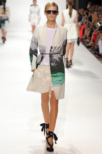 Shorts in tessuto traslucito e top con cappotto a stampa marina.