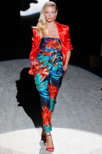 Pantaloni e top a stampa tropicale e giacca rossa.