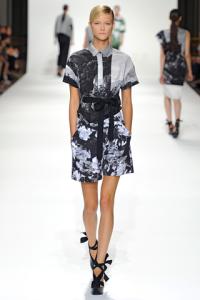 Shorts e blusa con stampa a fiori