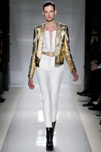 Pantaloni e camicia bianchi, giacca oro