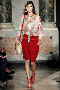 Bermuda rosso e camicia a stampa archivio Pucci.