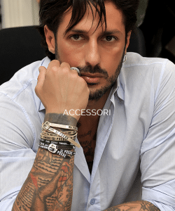 Fabrizio Corona con braccialetti Si Puede