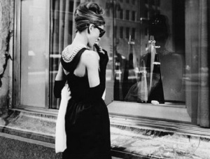 Audrey Hepburn davanti alla vetrina di Tiffany, New York